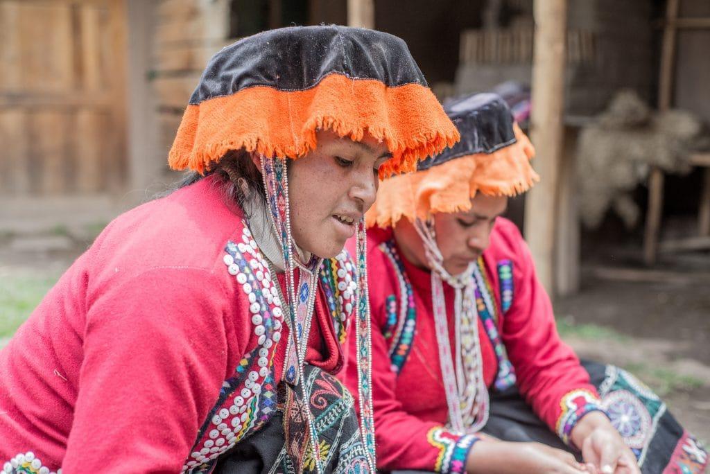 Peruvian Textiles - Women in the Amaru community teach a lesson in weaving