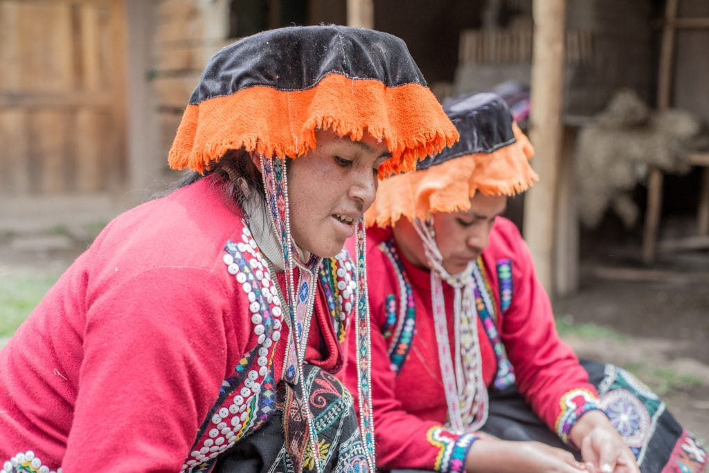 Peruvian Textiles - Women in the Amaru community teach a lesson in weaving
